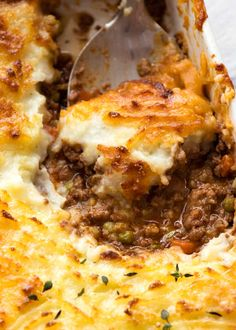 Close up of spoon scooping Shepherd's Pie out of a white baking dish, fresh out of the oven Irish Recipes, Pie Recipes, Casserole Recipes, Cooking Recipes, Pasta Recipes, Salmon Recipes, Crockpot Recipes, Healthy Dinner Recipes For Weight Loss, Gourmet