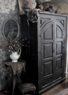 Elegant Gothic Home Interior Design Ideas 37 Victorian Gothic Decor, Gothic Interior, Gothic Bedroom, Gothic House, Home Interior Design, Interior Office, Gothic Living Rooms, Gothic Mansion, Modern Interior
