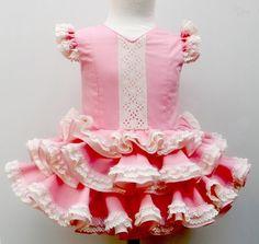 Traje de gitana flamenca para niña realizado a mano por nuetras propias modistas, 100% personalizable. Puedes encontrarlo en nuestra tienda online www.mibebesito.es Fair Outfits, Kids Outfits, Dog Dresses, Flower Girl Dresses, Baby Dress, Dress Up, Gowns Of Elegance, Dance Costumes, Frocks