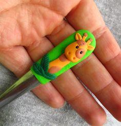 Lžička s žirafou Ručně dělaná FIMO lžička s žirafou. Celková délka lžičky je 14,8 cm. Lžičky jsou ručně vyráběné, každý kus je originál, a proto se můžou v některých detailech trochu lišit. Cena je za 1 ks. !Nedávajte do myčky (stačí jen opláchnout ve vlažné vodě) ! !Pozor na pády ! !Nedávejte lžičky úplně malým dětem, aby neokusovaly FIMO !