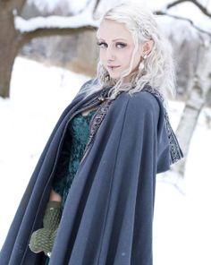 Junge Frau wird zur Elfe - lässt sich die Ohren anspitzen