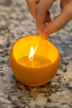 Vela natural con una naranja - Guía de MANUALIDADES Recycled Crafts, Diy Crafts, Orange Party, Candels, Oil Lamps, Halloween, Candle Holders, Arts And Crafts, Perfume