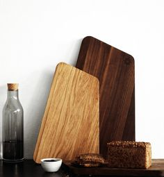 Carving Board Walnut - Iceberg/Greenland fra by nord Modern Cutting Boards, Diy Cutting Board, Wooden Cheese Board, Wood Chopping Board, Carving Board, Kitchen Board, Small Wood Projects, Wooden Kitchen, Wood Design