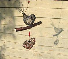 jak jinak, opět přihodím pár drátů k nakouknutí. Počasí posledních pár dní zlobí, řekla bych, že se příroda pomali a jistě ubírá k podzimu.... Wire Crafts, Wire Art, Hanging Art, Suncatchers, Dream Catcher, Hanging Decorations, Birds, Twists, Garden