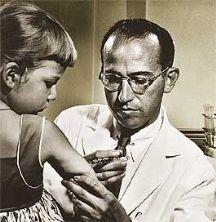 En 1955 Jonas Edward Salk presentó, despúes de años intensos de lucha contra la enfermedad, su primera vacuna contra la polio. Había logrado separar tres cepas diferentes del virus. Se dió cuenta de que al introducir en el organismo virus muertos de esas tres variedades de cepas, éste reaccionaba formando anticuerpos y erradicaba definitivamente la enfermedad tanto en niños como en adultos. El resultado fue todo un éxito. Desde entonces se ha salvado la vida de miles de personas en todo el…