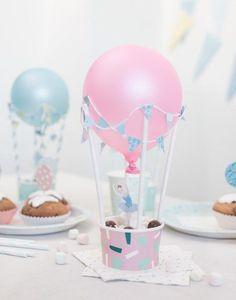 Aus Pappbechern lassen sich mit ein paar Strohhalmen und Luftballons superschön Heißluftballons basteln.