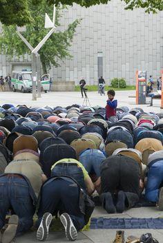 Nach Schließung von Gebetsräumen: Muslime beten aus Protest vor der TU Berlin