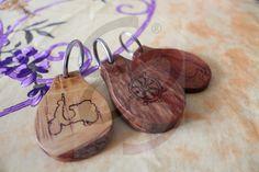 Portachiavi in legno di ulivo e pero con disegni incisi a mano trattati con olio e color ciliegio