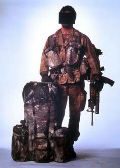 Bravo Two Zero. SAS Trooper Steven Billy Mitchell known by the pen-name of Andy McNab shown here in a studio photo of what he wore during scud hunting operations in Iraq. Military Gear, Military Weapons, Military History, Special Air Service, Special Ops, Sas Special Forces, Tac Gear, Royal Marines, Special Forces