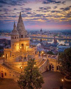 the great escape 📷 Location: Budapest, Hungary 🇭🇺 Wonderful Places, Beautiful Places, Voyage En Camping-car, Visit Budapest, Budapest City, Twilight Photos, Sunrise Photography, Destination Voyage, Budapest