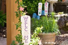 Cute Garden Signs From Old Fan Blades - a Repurpose & Upcycle Project Wenn Sie Dinge speichern und w Christmas Signs, Outdoor Christmas, Brick Garden Edging, Mother Daughter Projects, Garden Shelves, Old Fan, Diy Trellis, Fan Blades, Diy Bathroom Remodel