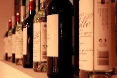 En #Baribau disponemos de una cuidada y minuciosa selección de vinos en total armonía con nuestra carta. Cada vino encuentra su plato acompañante, proporcionándole así un perfecto equilibrio entre el sabor y el aroma.   #Barcelona #GastroBar #WeLoveWine