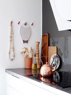 White and copper kitchen. Copper Kitchen, New Kitchen, Kitchen Dining, Kitchen Decor, Beautiful Interior Design, Decor Interior Design, Interior Decorating, Copper Wood, Kitchen Stories