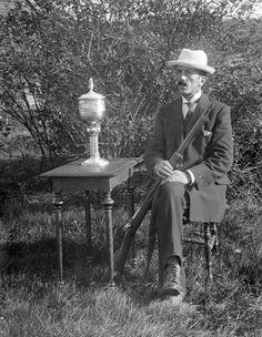 Värmland Eda kommun Koppom Järnskog Mosstakan Herman i Sörgården med en skarpskyttepokal. Herman har också bidragit till en mängd fotografier från svunna tider genom sin kamera.