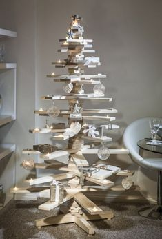 This is the most loved wooden pallet Christmas tree design. Everyone wants to make this Christmas tree but it is quite difficult and the most difficult part is to place candle holder in the wooden pallet planks. Creative Christmas Trees, Wooden Christmas Trees, Christmas Tree Design, Noel Christmas, Modern Christmas, Rustic Christmas, Christmas Projects, Christmas Tree Decorations, Wooden Xmas Trees