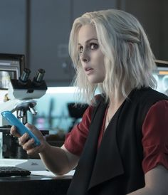"iZombie ""Max Wager"" - Liv (Rose McIver) unwittingly crosses paths with the most dangerous man in Seattle while investigating the murder of degenerate ga. Hair Styles 2016, Curly Hair Styles, I Zombie, Rose Mciver, Asian Hair, Fashion Tv, Character Aesthetic, Long Bob, Bad Hair"
