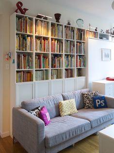 gran librería tras el sofá : via MIBLOG