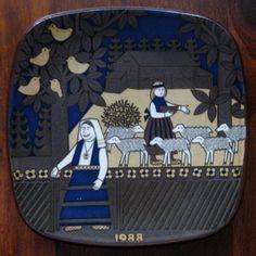 1988 Arabia Finland Kalevala annual plate designed by Raija Uosikkinen Uppsala, Plate Design, Farm Yard, Finland, Plates, Ceramics, Helsinki, Printing, Symbols