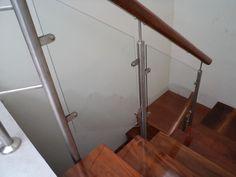 Escalera de acero inoxidable, pasos y contrapasos de madera, baranda de acero y vidrio templado. Interiors, Home, Banisters, Under Stairs, Fire Glass, Houses, Cute Stuff, Wood, Ad Home