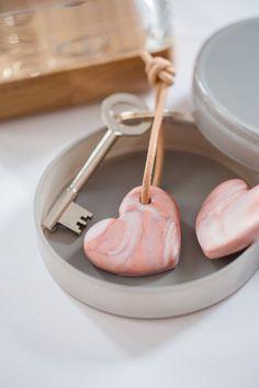DIY Herz-Schlüsselanhänger im Marmorlook, die sich bestens als Geschenk für den Muttertag eignen und bei denen auch die Kleinsten mithelfen können.