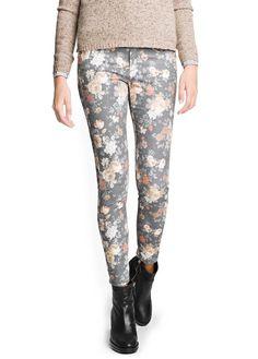 Pantalón pitillo estampado floral