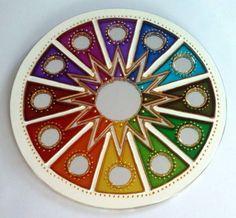 Mandala em espelho de 15cm de diâmetro, pintura vitral, decorado com tinta relevo dourada.  Mandala em sânscrito significa círculo. São veículos para o religamento da nossa consciência com o Todo Universal, do qual fazemos parte. As Mandalas além de decorativas servem para imprimir energias e trazer beleza ao ambiente em que se encontram.  O espelho é considerado um das 9 curas do Feng Shui. É usado para auxiliar na circulação da energia CHI em um ambiente. São muito apreciados para rebater…