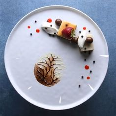 How to make chocolate decorations to garnish your desserts. Chocolate Cake Toppers, Chocolate Mousse Cake, Chocolate Art, How To Make Chocolate, Toblerone Cake, Toblerone Chocolate, Fancy Food Presentation, Professional Cake Decorating, Unique Desserts