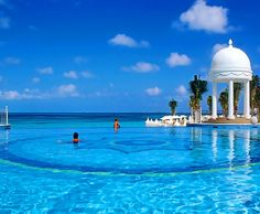 Skinny dipping with champagne in this pool at stupid o'clock in the morning 🍹😊