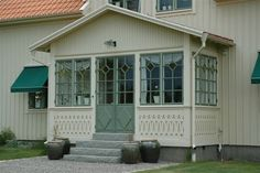Fin veranda med pardörr i mitten! Swedish Cottage, Swedish House, New England Homes, New Homes, Porch Greenhouse, This Old House, Porch Entry, Decks And Porches, Exterior Doors