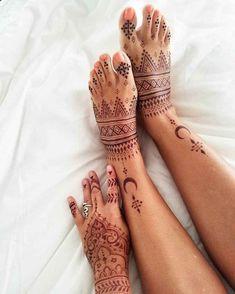 tatouage henné rouge sur les pieds et la main