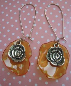 earrings made from recycled pet Shrink Plastic Jewelry, Plastic Earrings, Drop Earrings, Plastic Bottle Crafts, Recycle Plastic Bottles, Bead Jewellery, Recycled Art, Bottle Art, Diy Projects To Try