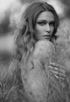 via Rumahphoto Photography Studio Portrait Sensual Woman Outdoor Outdoor Fashion Photography, Glamour Photography, Portrait Photography, Michel De Montaigne, Portrait Inspiration, Photoshoot Inspiration, Modeling Fotografie, Boudoir Poses, Outdoor Portraits