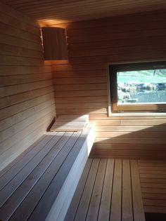 Un sauna qui donne sur une piscine biologique