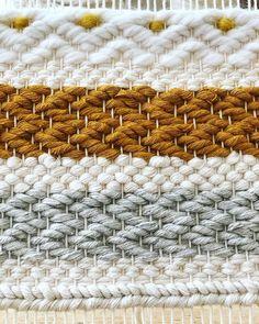 Weaving Loom Diy, Hand Weaving, Yarn Crafts, Fabric Crafts, Weaving Projects, Tapestry Weaving, Weaving Techniques, Loom Patterns, Mesh Wreaths