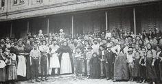 Imigrantes italianos chegam em São Paulo em 1890. Hoje em dia, 60% de todos os paulistanos descem ao menos parcialmente de italianos.
