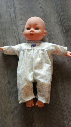 """Couture Patron Vêtements de poupée """" garçon"""" gratuit - Au fil des coutures Doll Clothes Patterns, Clothing Patterns, Doll Carrier, Baby Born, Baby Wraps, Barbie Dolls, Rompers, Sewing, Kids"""