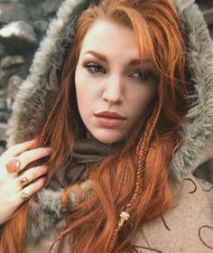 The days grow short, and the nights are cold - I'm loving it! ☕️Bring forth the warm hoods, fuzzy socks, and oversized knitted scarfs! Who else are enjoying the season change? Pretty Redhead, Red Hair Woman, Carrot Top, Beautiful Hair Color, Beautiful Gorgeous, Ginger Girls, Foto Pose, Ginger Hair, Poses