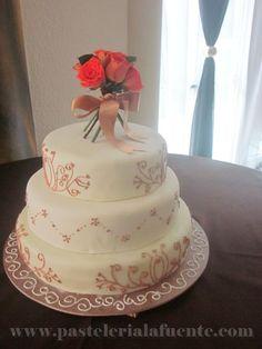 Para una boda sobria. Diseño clásico en tonos beige con un toque de color en las flores.