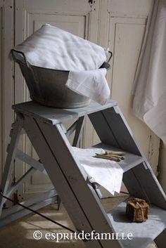 © Esprit de Famille I brocante en ligne I vintage industriel campagne  www.espritdefamille.co escabeau ancien, bassine zinc
