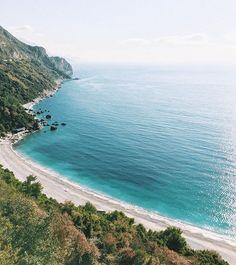 too beautiful ❤️ happy Friday! каждый раз, проезжая этот пляж, у меня замирает сердце ❤️ и пусть я показывала этот вид уже много раз, не могу устоять поделиться им с вами вновь, вы же не против? 😅 #Montenegro