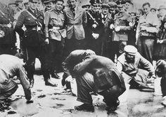 """Direkt nach dem """"Anschluss"""" wurden die Wiener Juden unter Beteiligung der Bevölkerung gezwungen, in """"Reibpartien"""" pro-österreichische Slogans von den Gehsteigen zu putzen."""