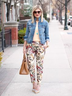Floral Trousers : Jean jacket, peach t-shirt, floral print pants, embellished nude heels, and tan tote Floral Pants Outfit, Floral Print Pants, Wrap Dress Short, Trouser Outfits, Printed Pants Outfits, Look Girl, Floral Denim, Spring Shirts, Denim Outfits