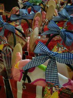 Kit bolo para meninos e meninas contendo, sacola, mini forma furo, fuet, colher de pau, cortador de biscoito, avental, chapéu de cozinheiro, receita, descanso de panela,pincel, luva em tecido para as meninas e luva em silicone ( formato jacaré) para os meninos. R$ 39,90