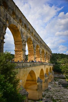The Pont du Gard is an ancient Roman aqueduct that crosses the Gardon River in the south of France. Located near the town of Vers-Pont-du-Gard, the bridge is part of the Nîmes aqueduct. Architecture Antique, Roman Architecture, Ancient Ruins, Ancient Rome, Evora Portugal, Pont Du Gard, Sites Touristiques, French Countryside, Spain And Portugal