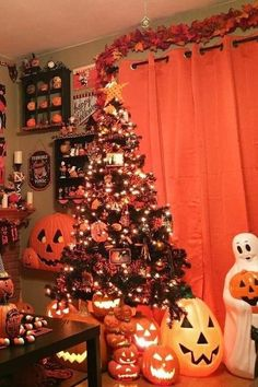 Halloween Christmas Tree, Halloween Tree Decorations, Halloween Home Decor, Halloween Season, Holiday Tree, Halloween House, Halloween 2020, Holidays Halloween, Halloween Crafts