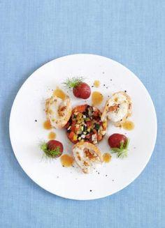 Balsamico Essig, Tomaten, Basilikumblätter, Auberginen und feinste Scampis versüßen uns dank Cornelia Polettos Scampi-Rezept mit gemüse-Tatar und Tomaten-Vinaigrette das Leben.