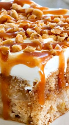 Caramel Apple Poke Cake ~ Super simple to make. The caramel drizzle and toffee bits make it irresistible. Caramel Apple Poke Cake ~ Super simple to make. The caramel drizzle and toffee bits make it irresistible. Healthy Apple Desserts, Köstliche Desserts, Apple Recipes, Delicious Desserts, Simple Dessert Recipes, Poke Cake Recipes, Caramel Apple Poke Cake Recipe, Caramel Apple Cakes, Jello Poke Cakes