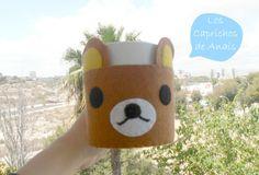 Funda para taza en forma de oso Rilakkuma hecho de fieltro cosido a mano. #Cupcozy, #Cubretazas, #Fundatazas, #Rilakkuma, #Oso