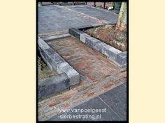 Bestrating van oude walen met randen van getrommelde muurelementen in De Rijp