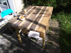 #Garden, #Outdoor, #PalletTable, #RecyclingWoodPallets, #Rustic I used 1 EURO Pallet and reclaimed wood to fill the gaps between the planks (and for the feet as well).   J'ai besoin d'1 palette europe et de 2 lattes supplementaire et de 4 piquer bois.3h de boulot.